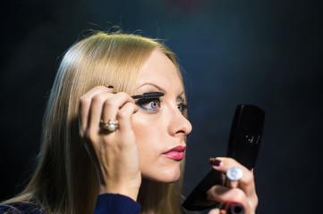 The girl corrects for eyelashes