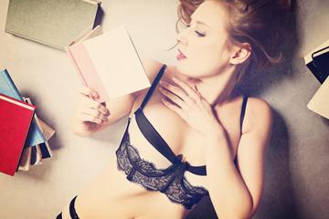 jeune femme en lingerie lisant