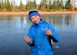 Junge im Winter mit Eisstück lachend