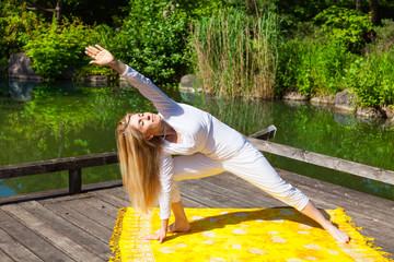 Demut und Hingabe - Yoga, Meditation, Parsvakonasana, Dreieck