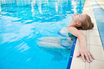Девушка в бассейне с водой