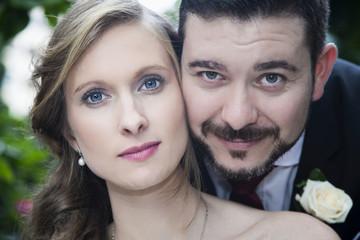 Pareja de recién casados posando en primer plano
