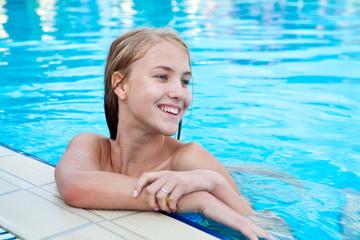 Красивая блондинка в бассейне