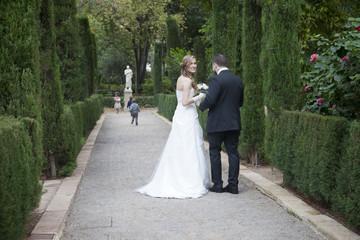 Recién casada con niños en el parque