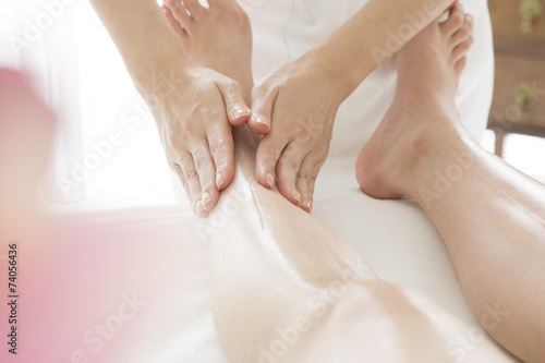 poster of Esthetician to paint the oil on foot