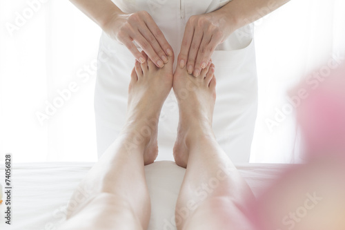 poster of Woman esthetician for a massage of legs