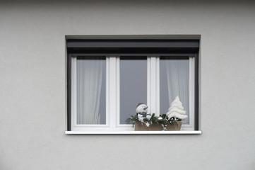 Modernes PVC Fenster mit Weihnachtsdekoration