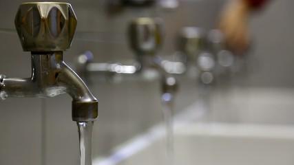 manclosesmanyfaucetsto preventwaterwastage