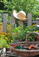 panier de jardinage et chapeau