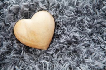 coeur en bois sur fond de laine grise