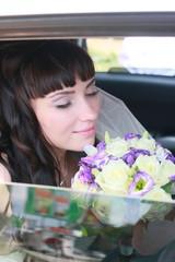 Невеста  с букетом в машине