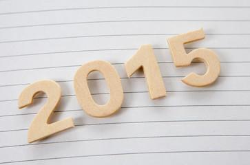 2015 en lettres de bois sur feuille lignée