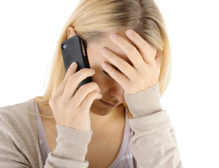 Frau erhält traurige Nachricht am Telefon