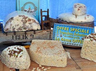 Nougatverkauf auf dem Wochenmarkt in der Provence