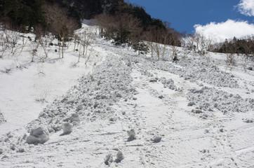 雪の斜面と雪崩
