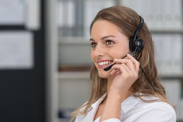 freundliche kundenberaterin mit headset