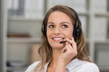 freundliche mitarbeiterin in einem call-center