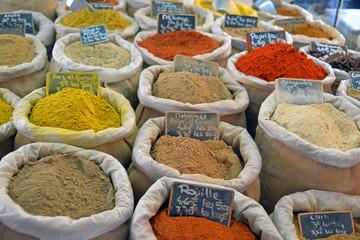 Offene Gewürze auf dem Wochenmarkt in der Provence