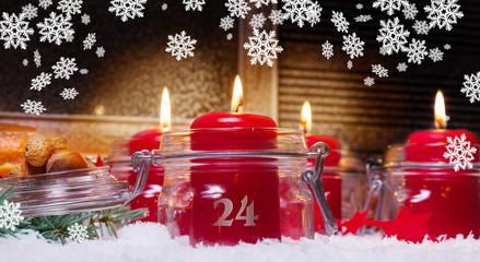 Kerzen und Schneeflocken am Heiligabend