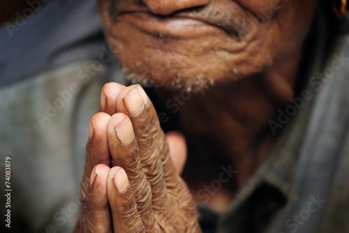 Poster manos ancianas budistas