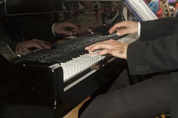 Pianista tocando el piano.