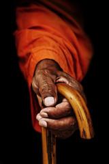 manos ancianas budistas