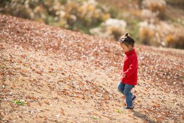 斜面を歩く少女