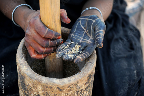 Fotobehang Tunesië manos de mujer tuareg