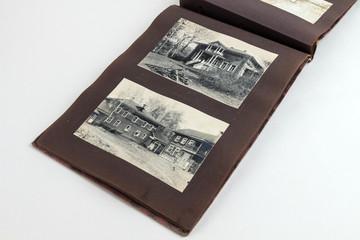 Fotoalbumseite mit 2 schönen alten Häusern um 1890