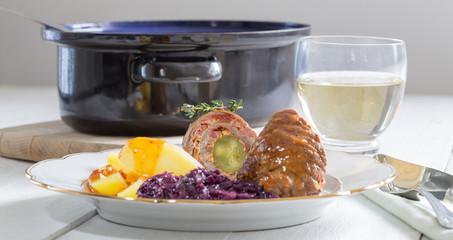 Rouladen vom Rind mit Kartoffeln und Rotkohl