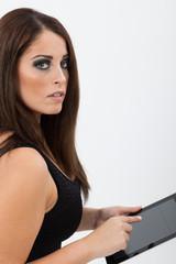 Donna con tablet in mano