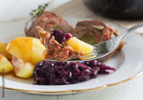 Leinwanddruck Bild Rouladen vom Rind mit Kartoffeln und Rotkohl