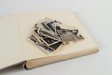 Augeschlagenes Fotobuch mit Bilderstapel