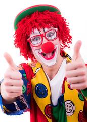 begeisterter clown zeigt die daumen hoch