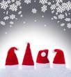 canvas print picture - Weihnachtsmützen, Nikolausmützen und Schneeflocken