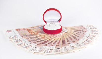 Деньги веером и драгоценное кольцо