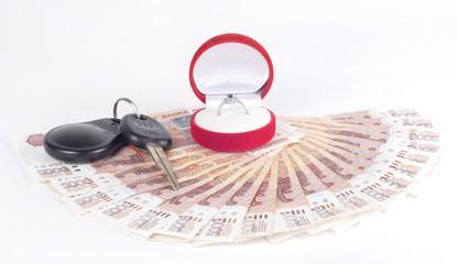 Деньги, кольцо и ключи от автомобиля
