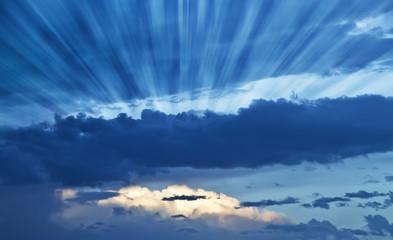 rayos de luz entre las nubes azules