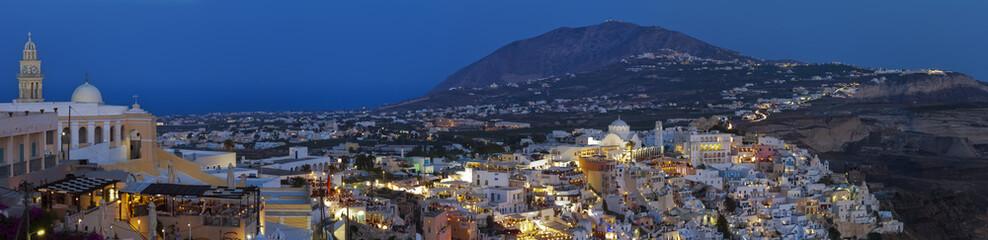 Panorama nocturno de Santorini.