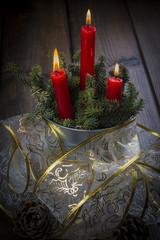 Tarjeta de Navidad con decoración de velas encendidas y nieve