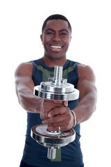 Afro Amerikaner mit Chrom Hantel trainiert motiviert