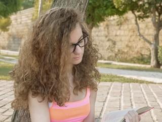 Ragazza legge un libro in relax