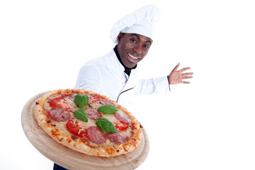 Pizza Bäcker serviert leckere Salami Pizza auf Holzplatte