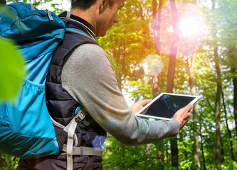 Mann mit Tablet PC Navigation beim Wandern Display leer