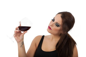 Donna degusta un calice di vino rosso