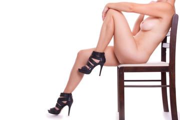 nackte Frau sitz wartend auf einem Stuhl - freischneider
