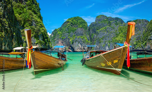 Foto op Plexiglas Overige Heavenly beach Maya Bay on Phi Phi Islands and longtail boats