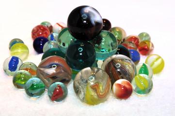 Tas de billes de verre de toutes les couleurs