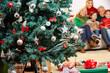 Geschmückter Weihnachtsbaum mit Familie