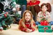 Mädchen und Junge mit Geschenken zu Weihnachten
